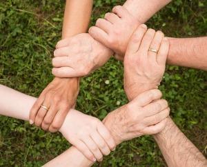 Hände-gemeinsam-zusammen-team-spirit-Anemone123